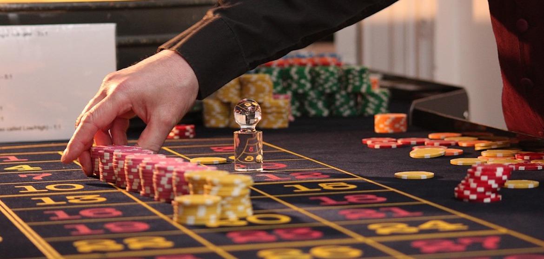Dealer ved casino bordspil