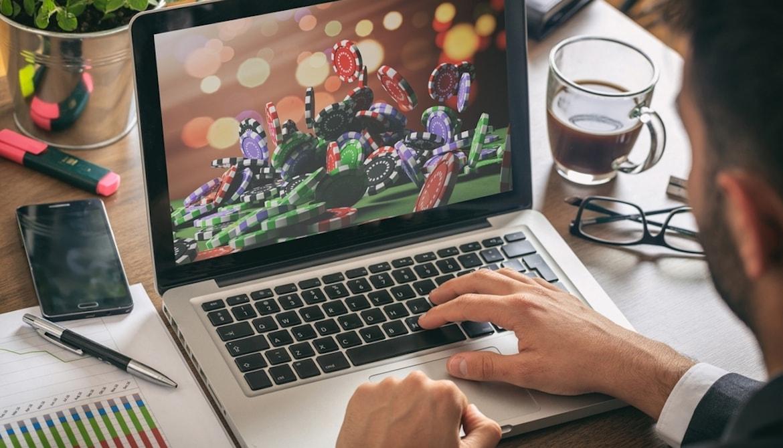 Mand spiller online casino på computer
