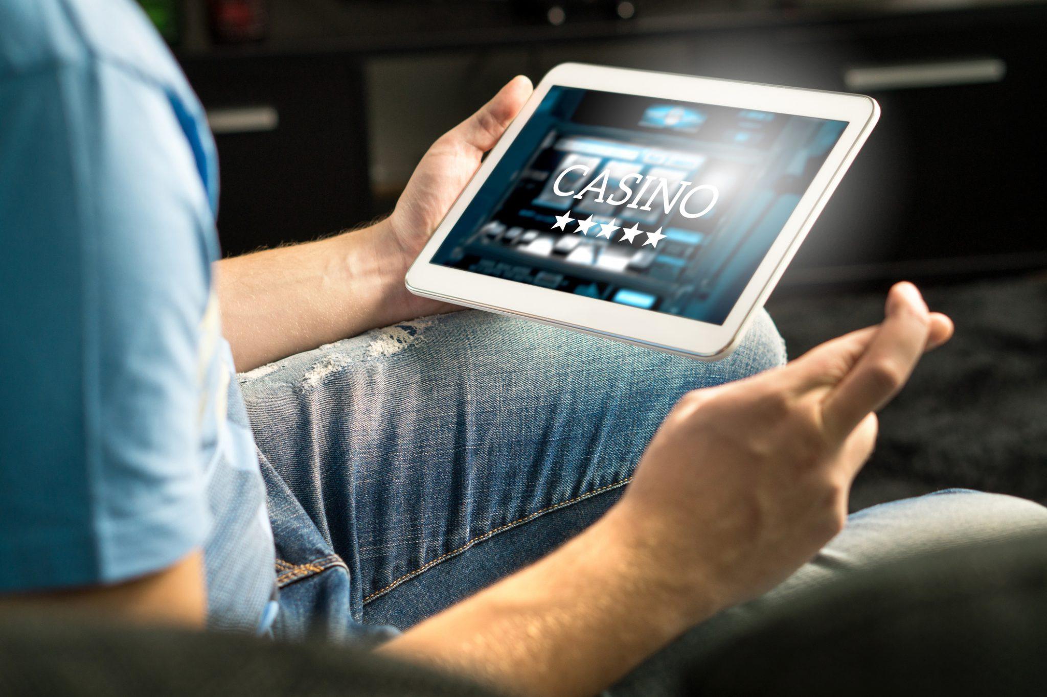 mand spiller online casino på tablet