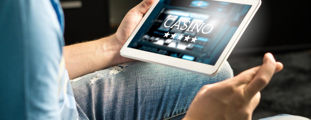 Ambitiøs spiller der spiller online casino på tablet