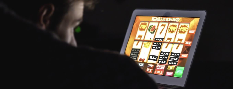 Mand spiller online casino