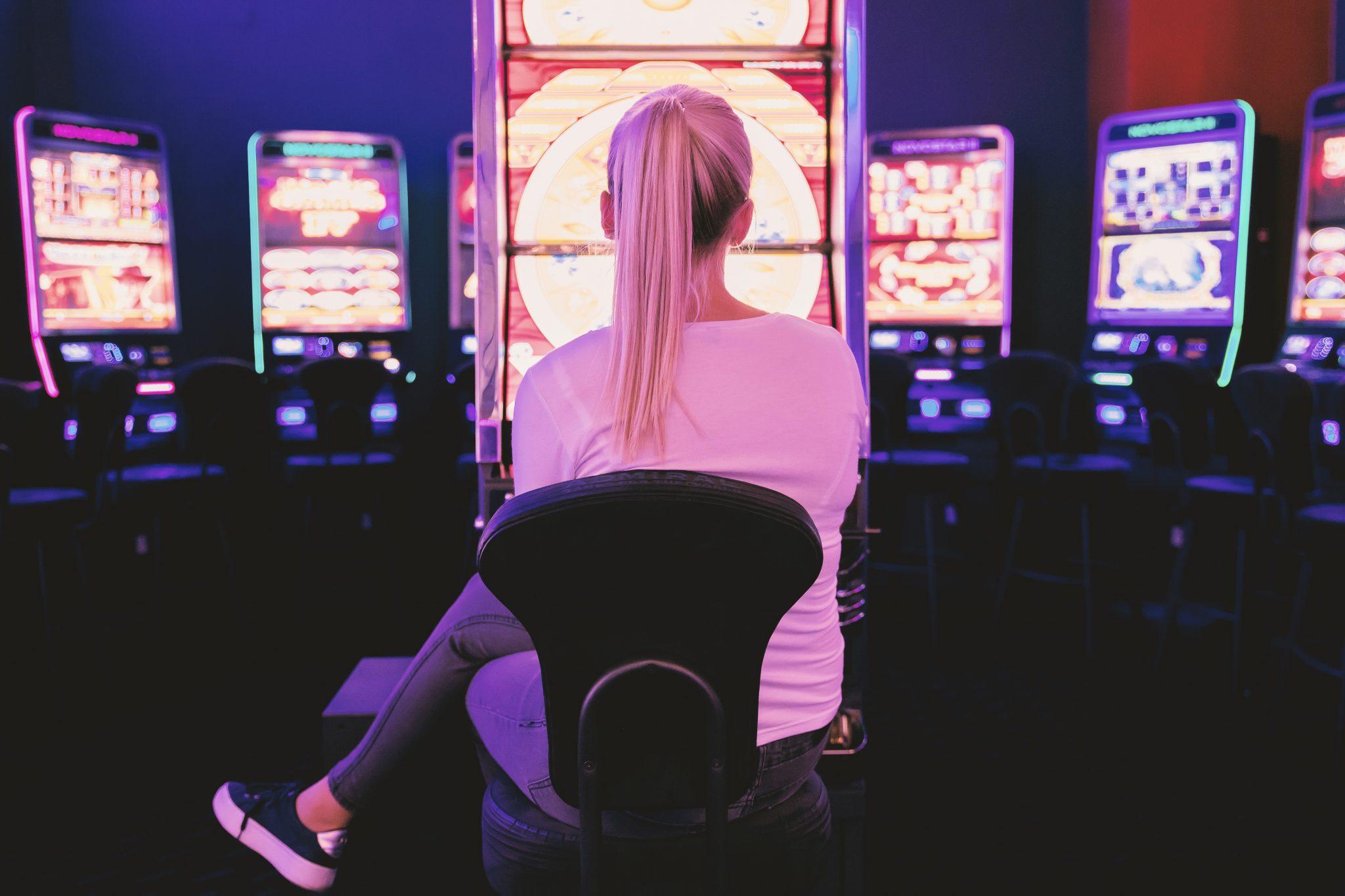 Casino Kvinde på Stol ved Spillemaskiner