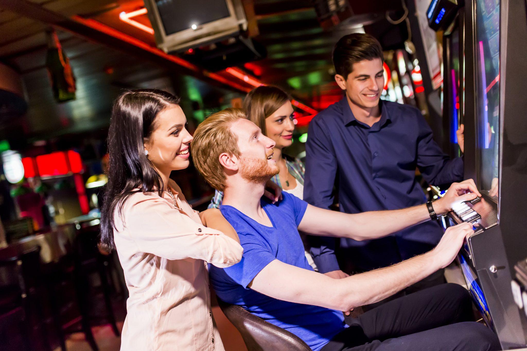 Casino Odense vennegruppe spiller på spilleautomat