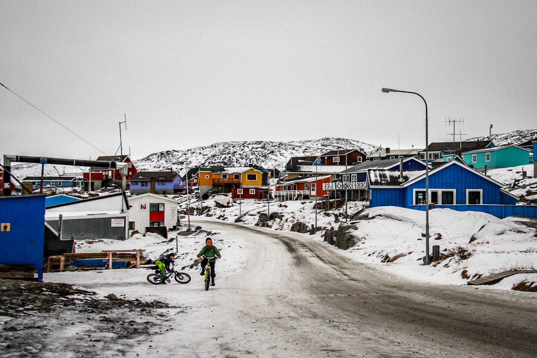 Drenge på Cykel i Grønlandsk Gade