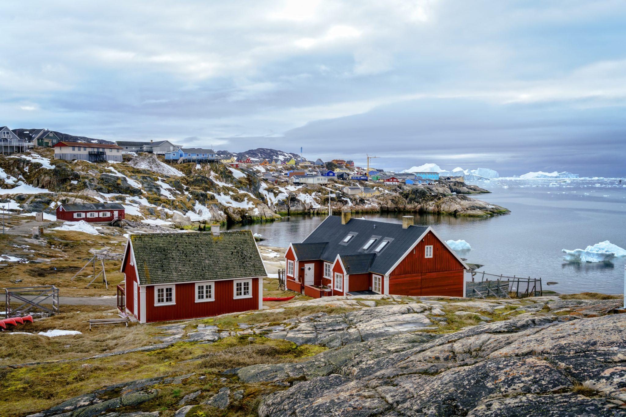 Grønlandsk Kystby med Huse