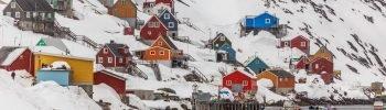 Landskab fra Grønland med huse på bjergside