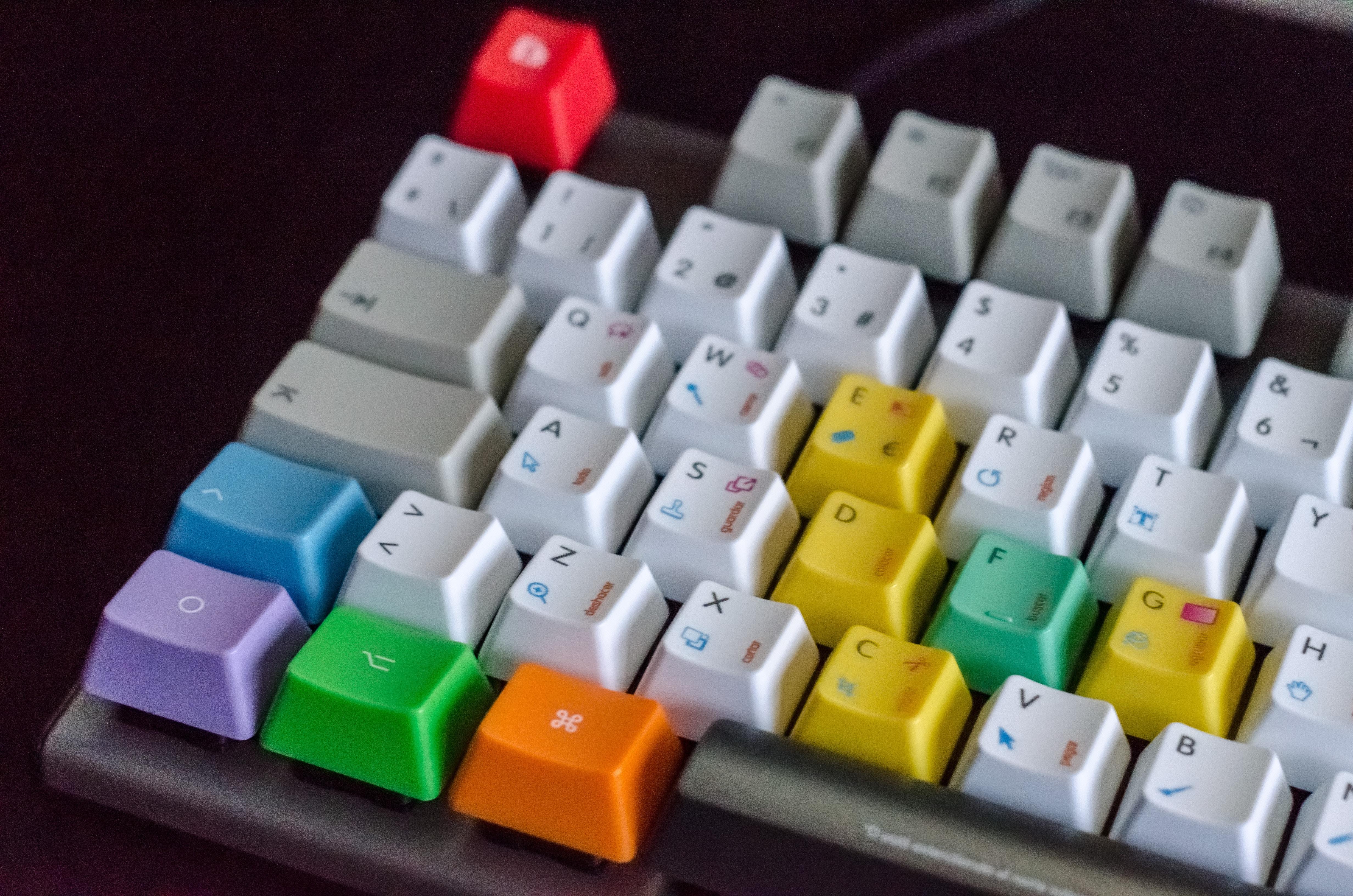Keyboard med Forskelligfarvede Taster