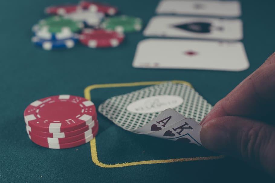 Poker Chips og Kort på Pokerbord