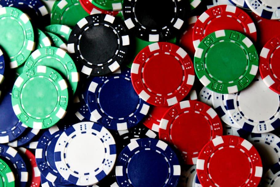 Poker Chips i Bunke i Forskellige Farver